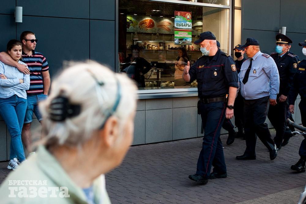 Фотофакт. В Бресте протестующих задерживали подполковники и майоры