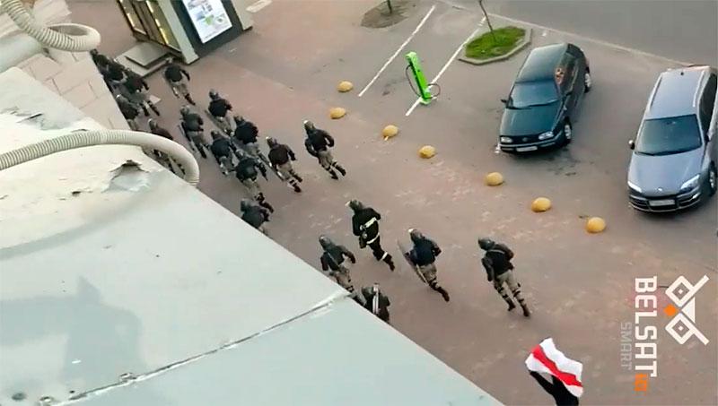 Видео дня. Демонстрант с флагом рискованно потроллил силовиков