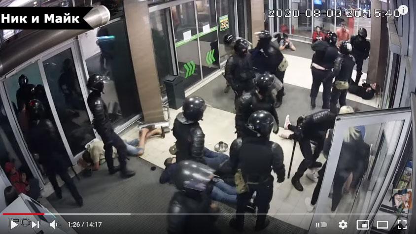 Видеофакт. Как «космонавты» в ТЦ на Каменной горке в августе людей избивали